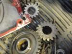 Ozubená kola startovacího mechanismu a na kliku