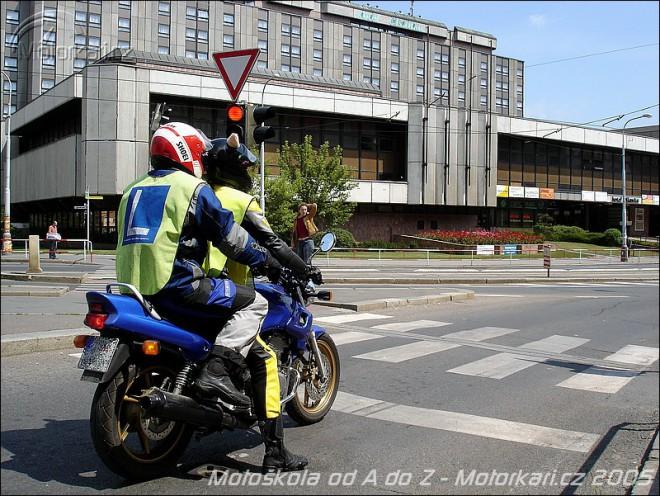 �idi��k na motorku - d�l�me zkou�ky, jdeme si pro pap�ry