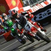 Carlos Checa a Giovanni Bussei vitezi v Bologni
