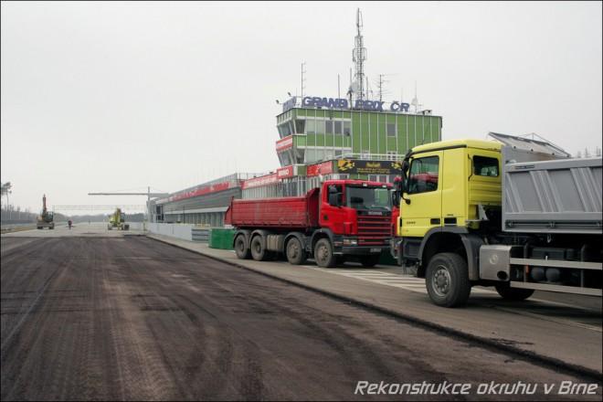 Oprava závodní dráhy zaèala
