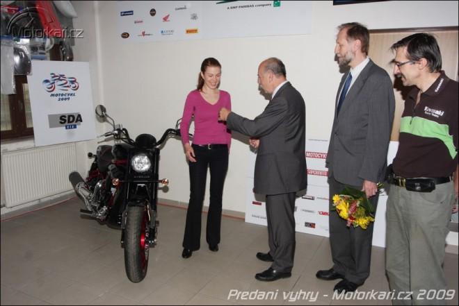Pøedání hlavní ceny výherkyni soutìže MOTOCYKL ROKU 2009