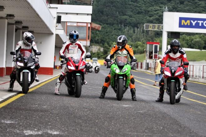 Kawasaki ZX-6R vs Yamaha YZF-R6 vs 2x Honda CBR600RR