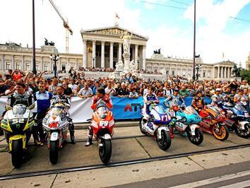 Jezdci MotoGP v centru V�dn� a s nimi i Karel Abraham