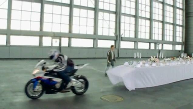 BMW S1000RR a trik s ubrusem