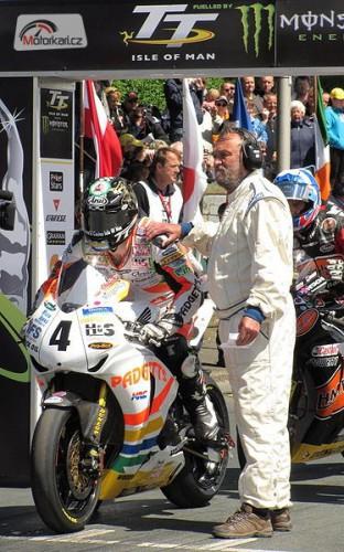 Hutchinson po dìsivé havárii v Silverstone