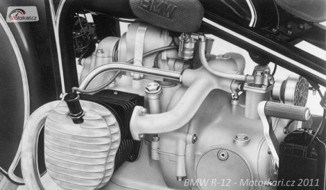 """Motor ranné verze, první varianta """"hlav"""", zapalování je Dynamo typ B 245, klakson je upevnìn k motoru."""