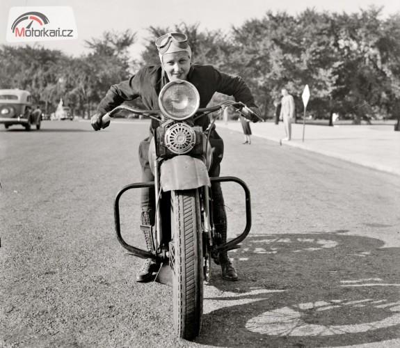 Holky a motorky: Rok 1937 a mnoho povyku pro sen
