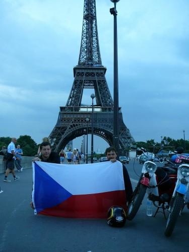 S Pion�rem po Francii kolem Eiffelovy v�e