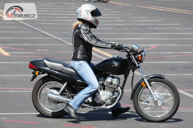 Trpaslièí manuál: když je motorka pøíliš vysoká