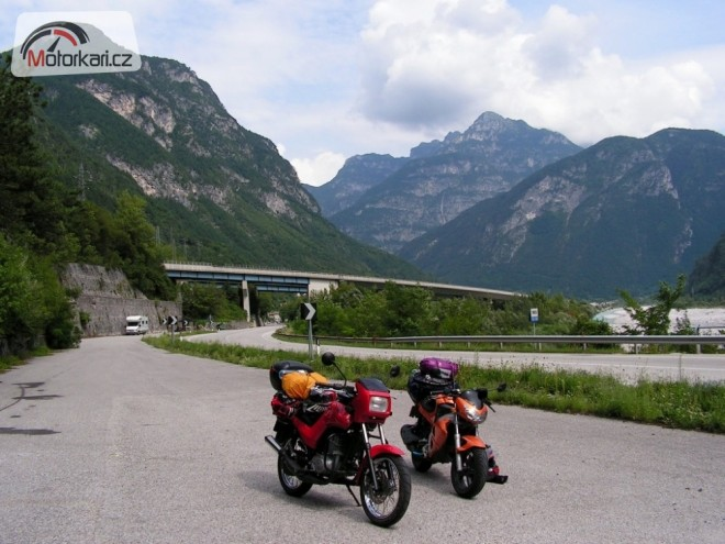 Jeden a pùl motorky pøes Alpy k moøi