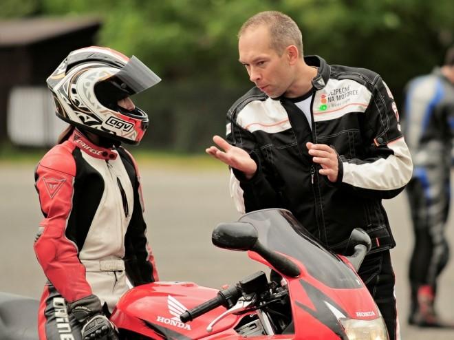 Míra Lisý z motoškoly Bezpeènì na motorce odpovídal on-line