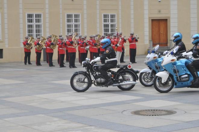 Famózní ukázka motocyklù Hradní stráže