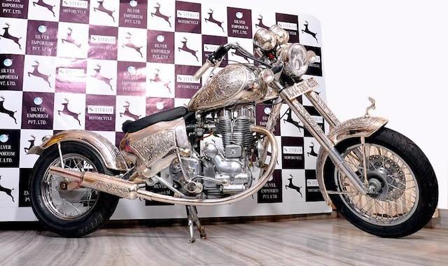 Ruènì vyrobená motorka ze støíbra