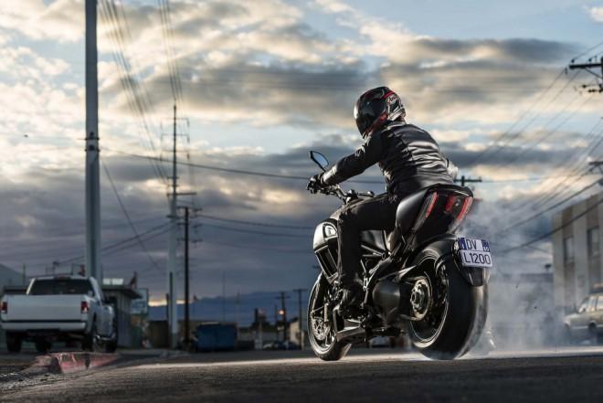 Ducati Diavel 2015: nov� motor a LED sv�tlo