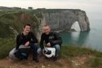 Dva okouzlující cestovatelé (jo a v pozadí útesy s bránou do moøe)