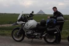 Já se svou motorkou vzadu s Mont Saint- Michel