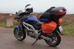 Ví�ova motorka zabalená na cestu v dešti