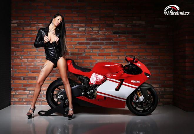Klára a Ducati Desmosedici RR