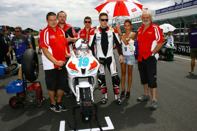 Pneumatiky tým SMS Racing na Phillip Islandu nepodržely