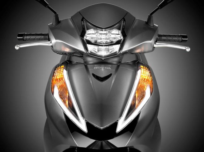 Honda SH300i 2015: vìtší zátah a víc místa
