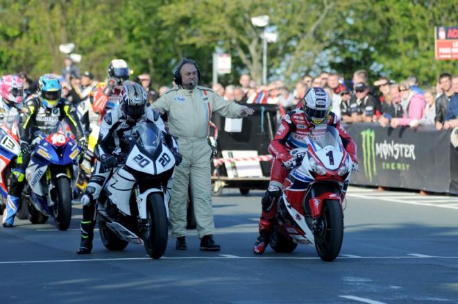 TT 2015: Støedeèní tréninky tøíd Superbike, Supersport, Superstock a Sidecar