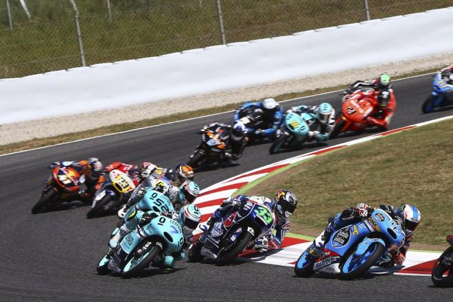 Vedení závodu øeší pomalou jízdu v Moto3