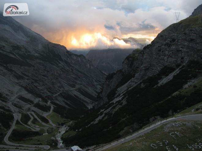 Po stopách cestopisu, Dementi v Alpách