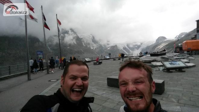 Alpské jezírkování, aneb dva pankáèi tankují super!