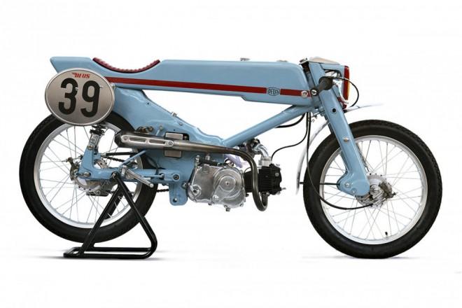 Z legendární Hondy Super Cub se stal historický TT speciál