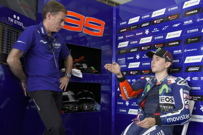 Lorenzo s pádem druhý, Rossi rychlejší než vèera ale šestý