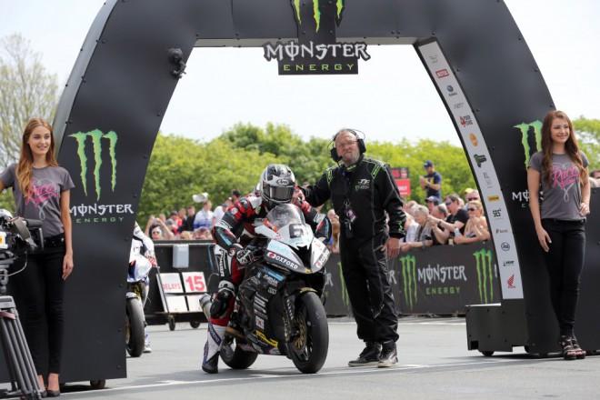 TT 2016 – Závod superbikù vyhrál v novém rekordu Michael Dunlop