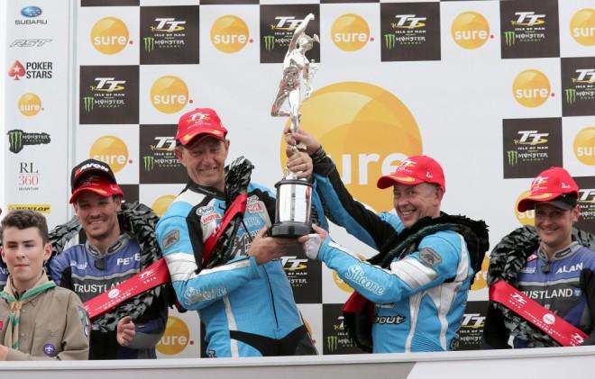 TT 2016 – Závod Sure Sidecar vyhrál Holden s Winklem