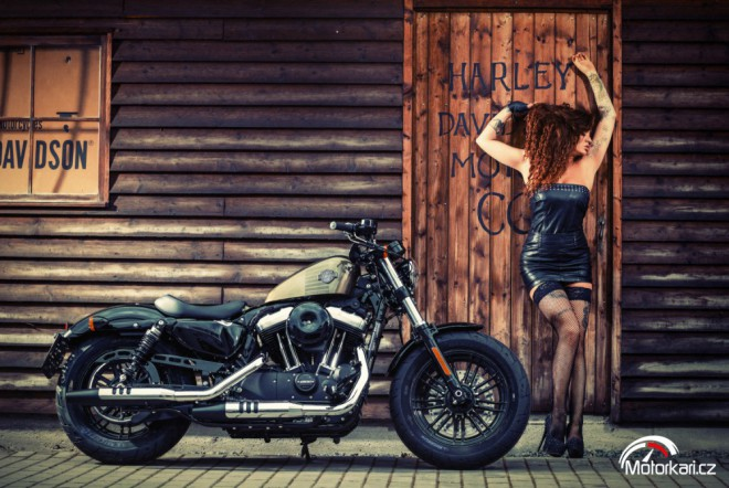Petra a Harley-Davidson Forty-Eight