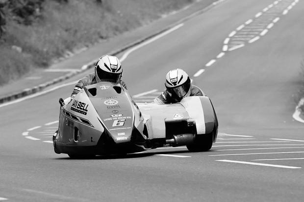 TT 2016 – Pøi nehodì ve druhém závodu Sidecar zemøel Ian Bell