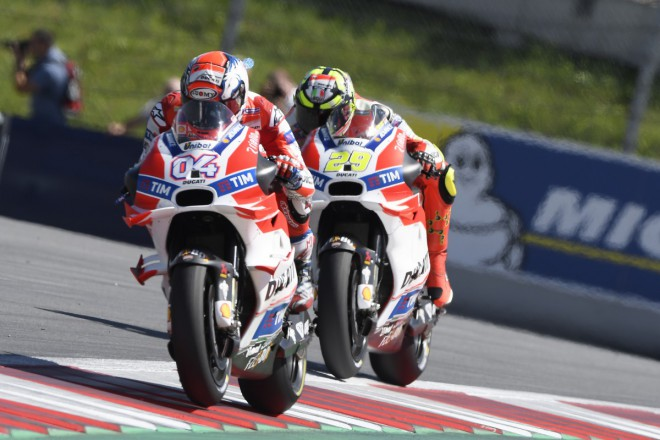 Tov�rn� t�m Ducati p�ij�d� do Brna v pln� s�le