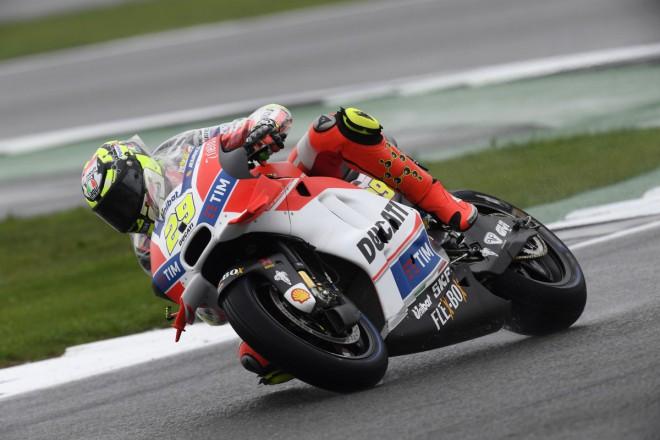 Deštivá kvalifikace jezdcùm tovární Ducati nevyšla