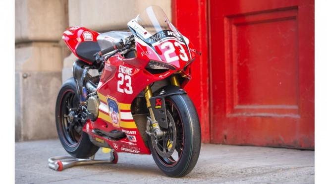 Závodní tým Freeman Racing Ducati podpoøí hasièe, kteøí bojovali 11. záøí