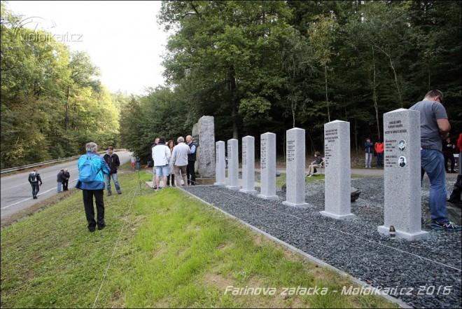 Slavnou Farinovu zatáèku zdobí nový památník