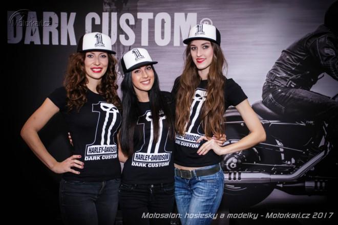 Dívky na výstavì Motosalon 2017