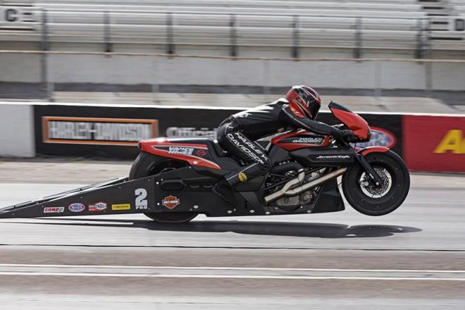 Harley-Davidson Street Rod závodí s dragstery