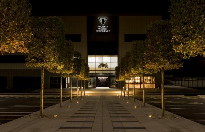 Triumph zve na návštìvu své továrny