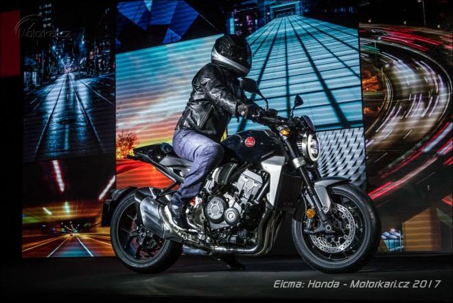 Honda pøijíždí na motosalon Eicma s trojicí naháèù a vylepšenou Africou