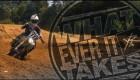 Ochrnutý jezdí motokros