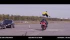 Pøeskoèil dvì jedoucí motorky