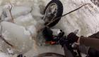 S KTM pod led na rybníku