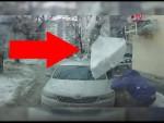 Kusy ledu spadl ze støechy auta