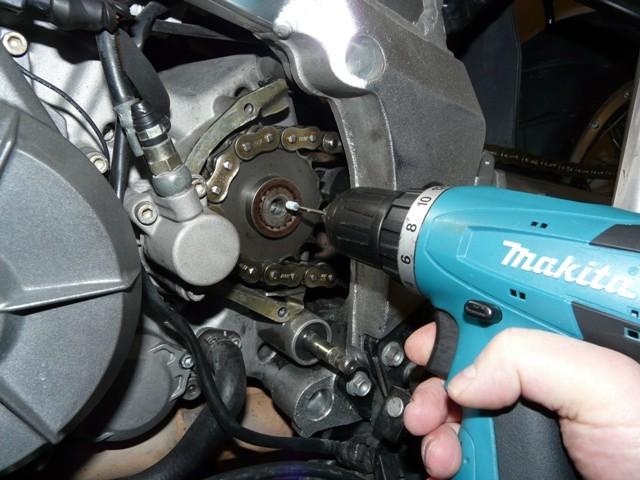 Zalomený šroub v bloku motoru